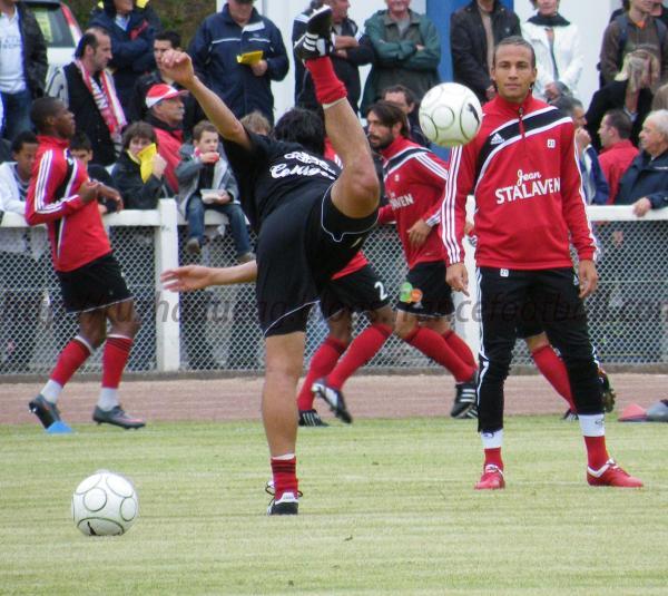 Argelier admire la capoeira de Felipe