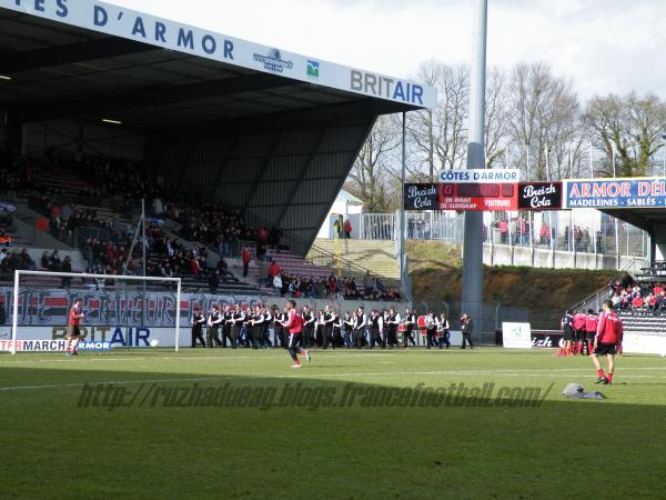 Le Bagad de Guingamp devant les joueurs d'EAG