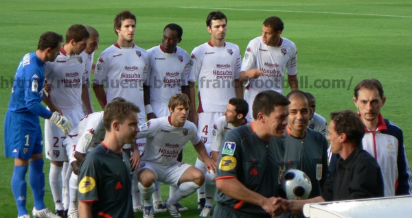 La photo avec Metz et Viléo l'arbitre du match